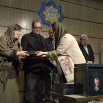 اهدای کتاب توسط غزاله سلطانی ـ عکس از متین خاکپور