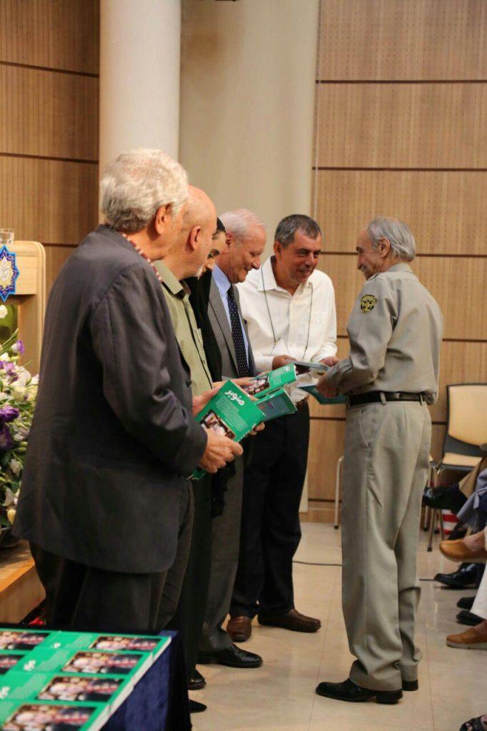 اهدای مجله صنوبر توسط استاد اسماعیل کهرم