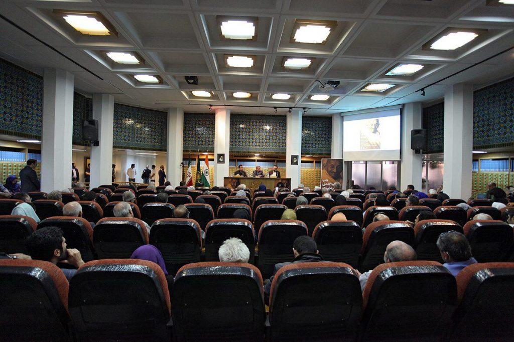 بیش از چهارصد نفر در سالن امیرالمومنین نشسته و ایستاده به سخنرانی ها گوش می دادند.