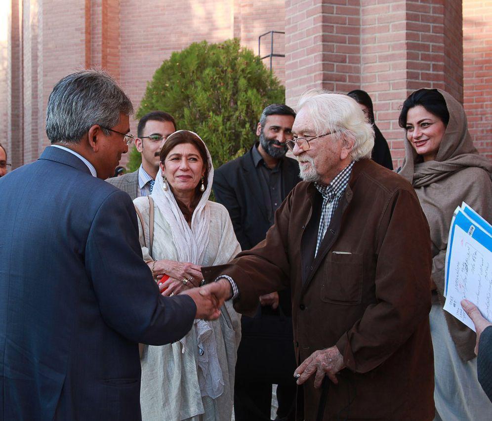 دکتر داریوش شایگان و دکتر کومار سفیر هند در تهران هنگام ورود به مرکز دایره المعارف بزرگ اسلامی .