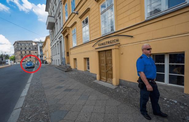 Angela Merkel policija saugo.png