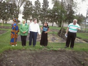The Enitan Story board member, Annette Brander (in the middle in white blouse) with family and friends visiting the garden