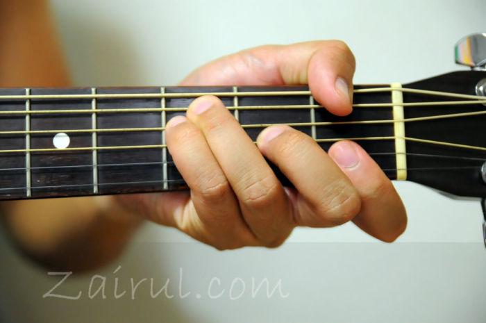 melatih gengaman tangan untu belajar gitar