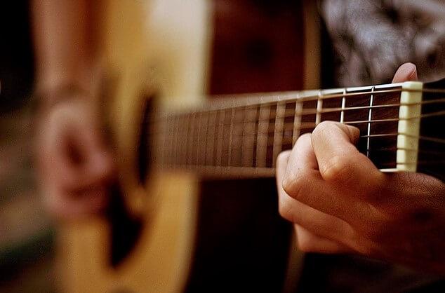 belajar gitar dengan berlatih untuk kamu