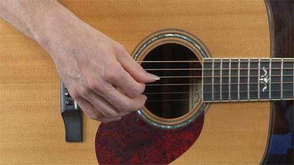 belajar memetik gitar dengan berlatih dengan tekun
