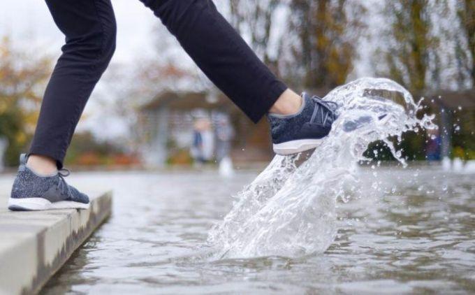 memakai sepatu ketika basah