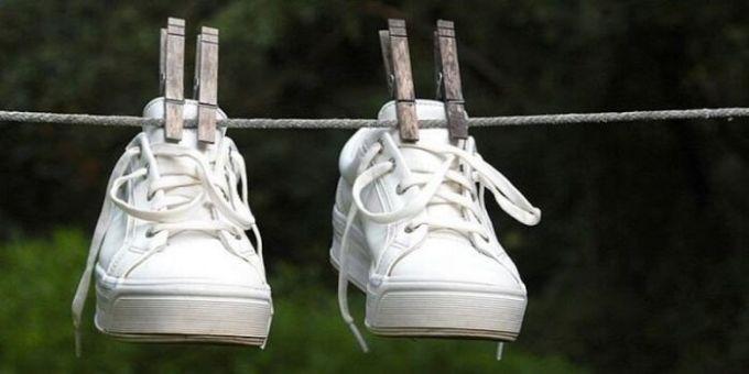 menjemur sepatu basah
