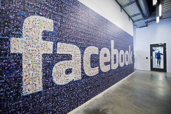 Facebook   Image By: https://arstechnica.com/tech-policy/2019/12/you-can-migrate-your-photos-from-facebook-to-google-next-year/