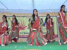 सांस्कृतिक कार्यक्रम प्रस्तुत करती छात्राएं