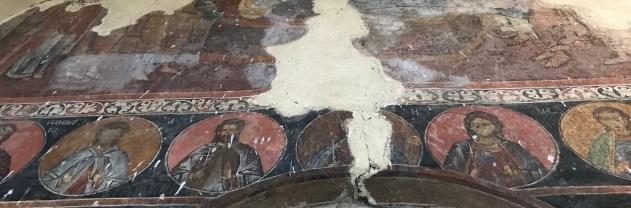 Kirkon osittain säilyneitä freskoja 1300-luvulta