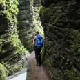 Vorsichtig am Fels entlang