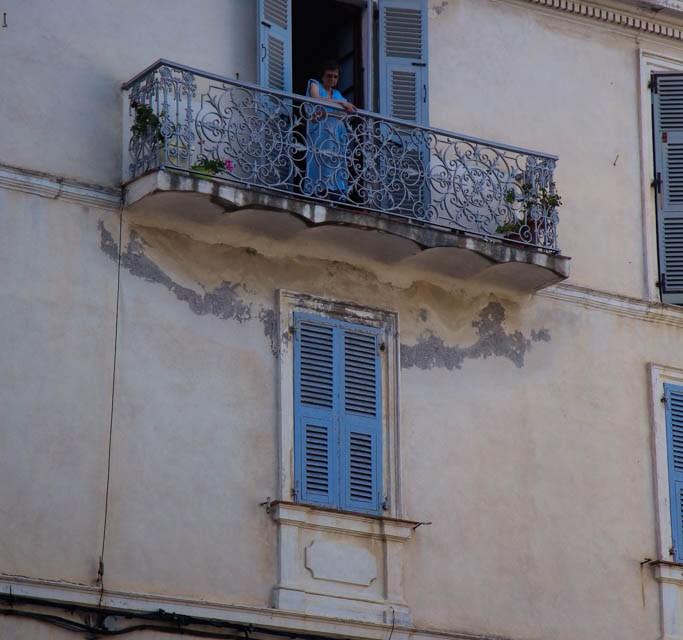 alte Dame auf Balkon