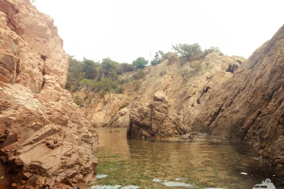 Felsenlandschaft im Meer