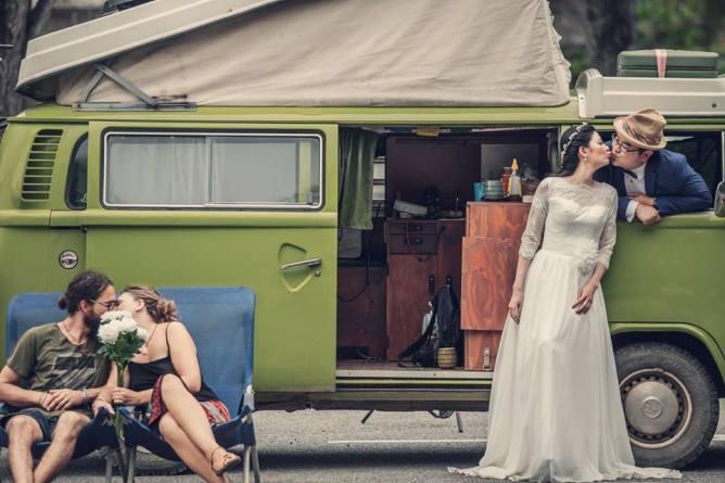 Sandra Markus und Janis als Statisten auf einem Hochzeitsfoto