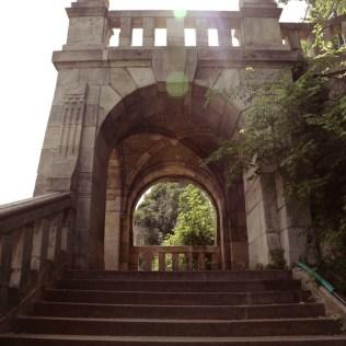 Der Weg zum Gellért Berg führt uns durch ein Tor
