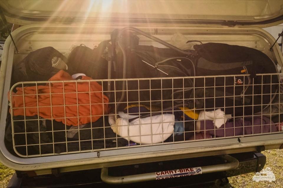Die Kraxe findet während der Fahrt un der Gepäckbox Platz