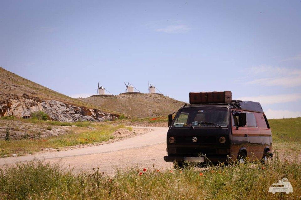 Bulli vor Windmühlen in Spanien
