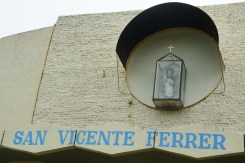 The image of San Vicente can already be seen at the facade of the chapel.
