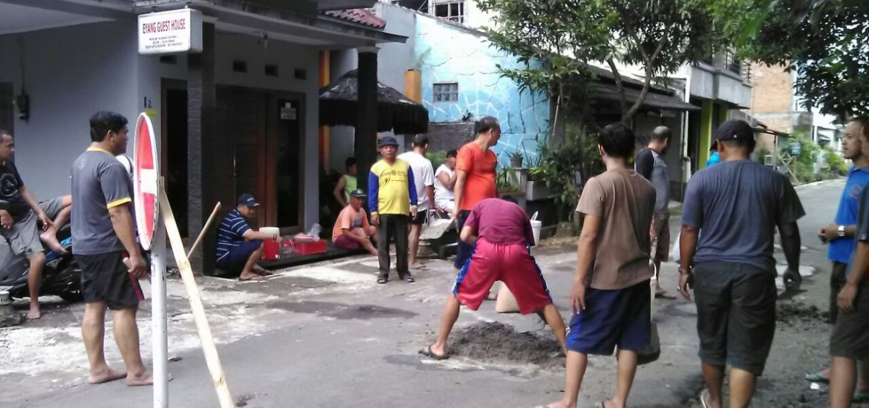 Gotong Royong memperbaiki jalan yang berlubang