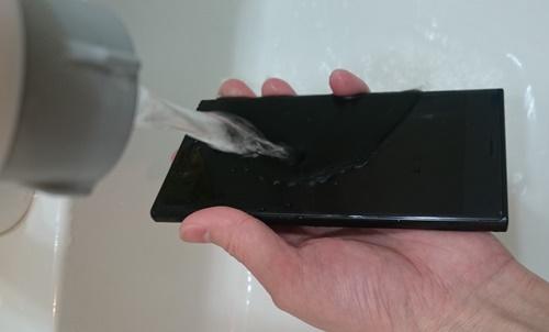Xperia XZをSDカード挿入口を押さえながら水洗い