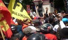 Foto aksi penolakan pembangunan bulukumba waterfront city di kantor bupati Bulukumba 01