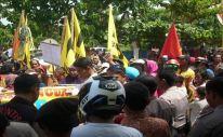 Foto aksi penolakan pembangunan bulukumba waterfront city di kantor dinas perikanan dan kelautan