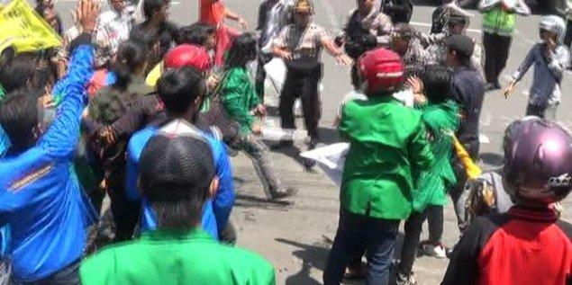 demo-bbm-di-dprd-jatim-ricuh-mahasiswa-bentrok-dengan-polisi