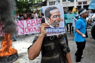 Mahasiswa di Banda Aceh melakukan demonstrasi menuntut diturunkannya harga bahan bakar minyak di Gedung Dewan Perwakilan Rakyat Aceh2