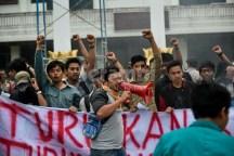 Mahasiswa di Banda Aceh melakukan demonstrasi menuntut diturunkannya harga bahan bakar minyak di Gedung Dewan Perwakilan Rakyat Aceh3