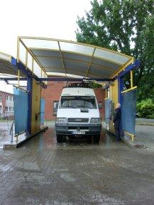 Auto putzen - passt gerade so in die Waschanlage