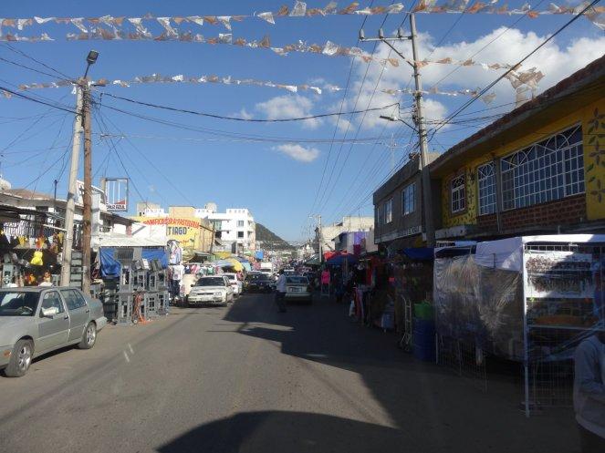 Buntes Markttreiben direkt auf der Hauptstraße
