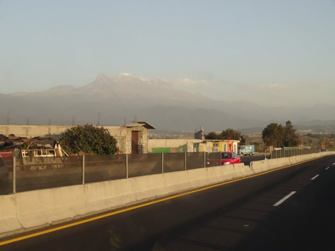 Die schneebedeckten Hügel des Iztaccihuatl