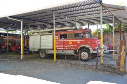 Wie kam wohl die Hamburger-Feuerwehr hier her? So alte Mercedes-Rundhauber sieht man übrigens öfter hier, sowie auch W50 aus der DDR
