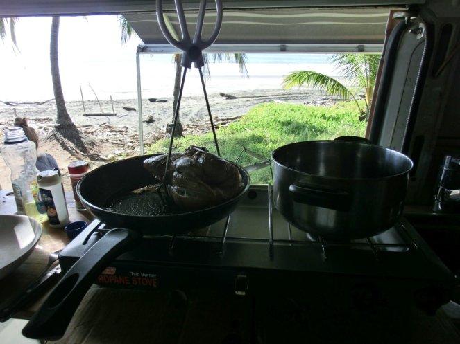 Schweinebraten mit Grillzange zum Festhalten