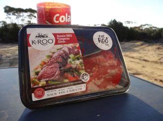 Mit neuem Feuerzeug können wir endlich das Kängurufleisch zubereiten