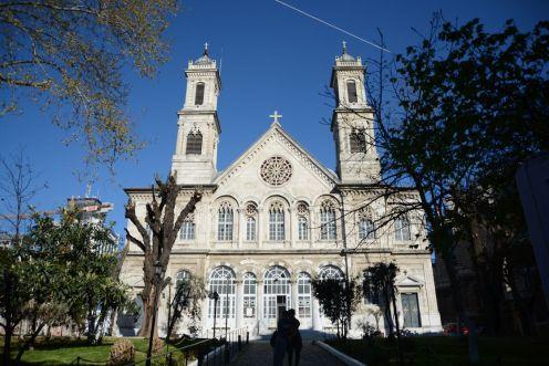 Etwas abseits eine griechisch-orthodoxe Kirche