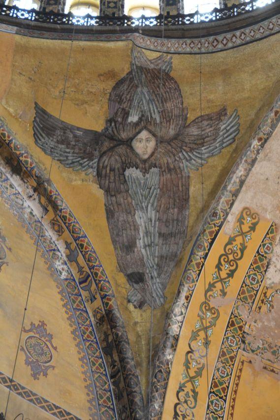 Oberhalb der 4 Hauptsäulen schmücken 4 verschiedene Engel die Wände