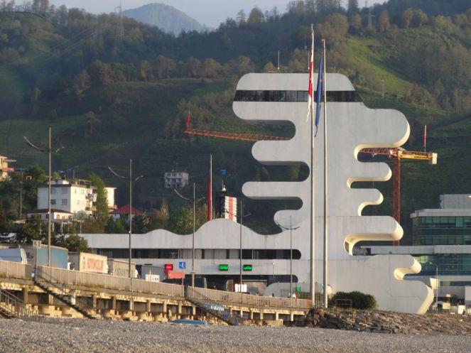 Extravagantes georgisches Grenzgebäude - ein Vorgeschmack auf Batumi