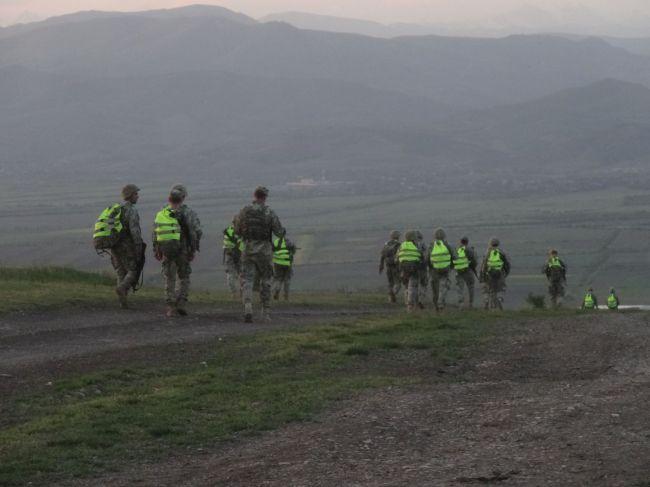 Soldaten auf Wanderschaft - gut getarnt