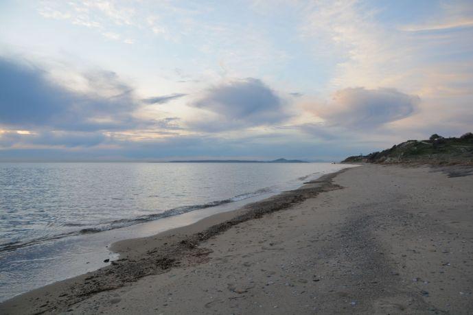 Einsamer Parkplatz direkt am Meer