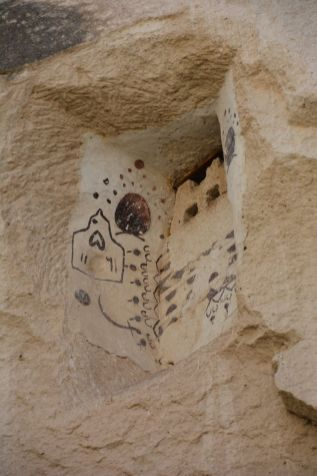 Felsengrab mit Zeichnungen