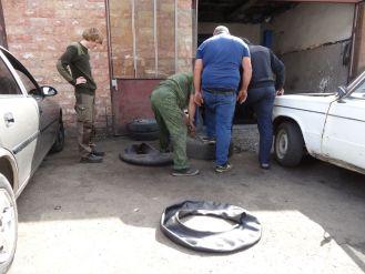 Es braucht erstaunlich viele Männer um einen Reifen zu wechseln