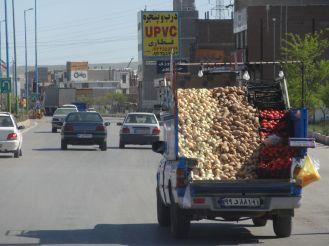 Obst und Gemüse kann man direkt an/auf der Straße kaufen