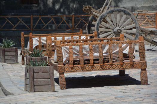 Was wie ein Bett aussieht ist eine Plattform auf der man um einen niedrigen Tisch herum sitzt