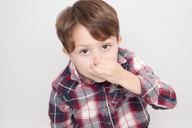 ママの口が臭いと鼻をつまむ男の子