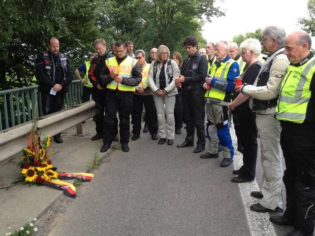 """An der Unfallstelle: Die """"Biker in der Bundespolizei"""" legten auf der L192 einen Kranz nieder. Repro: GA"""