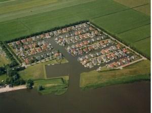 Een luchtfoto van bungalowpark Markant.