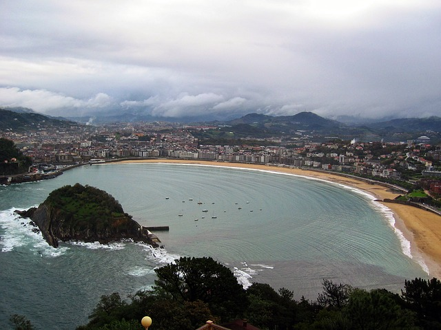 best-hostels-in-spain-san-sebastian-donosti-beach-bay