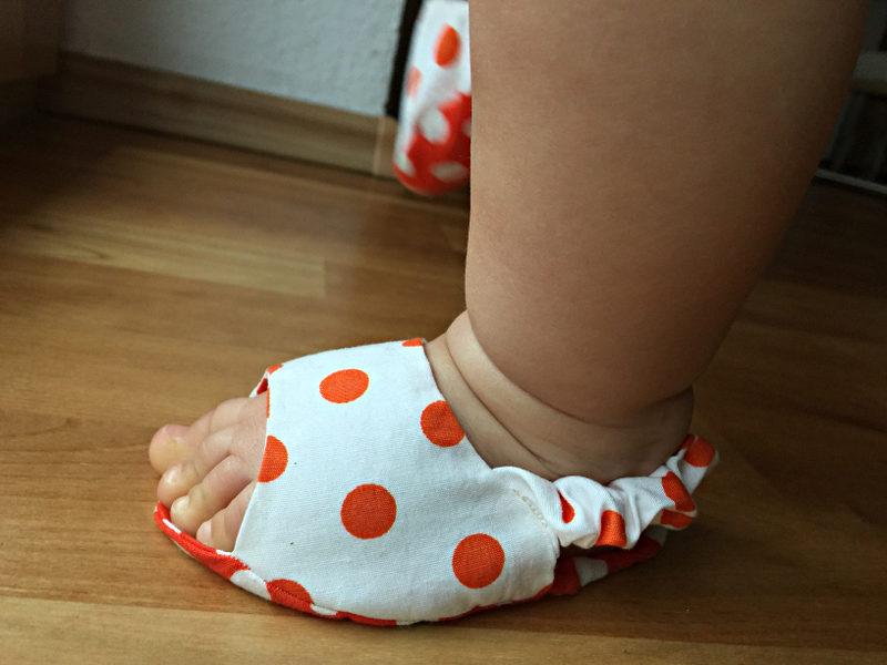 Sandalen am Babyfuß