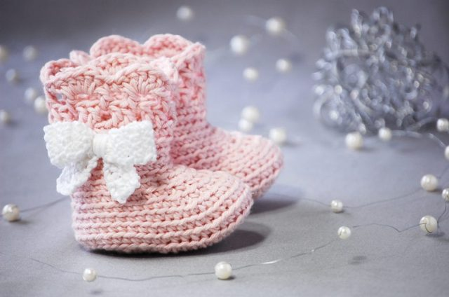 Babyschuhe häkeln in rosa: Stiefel mit weißer Schleife